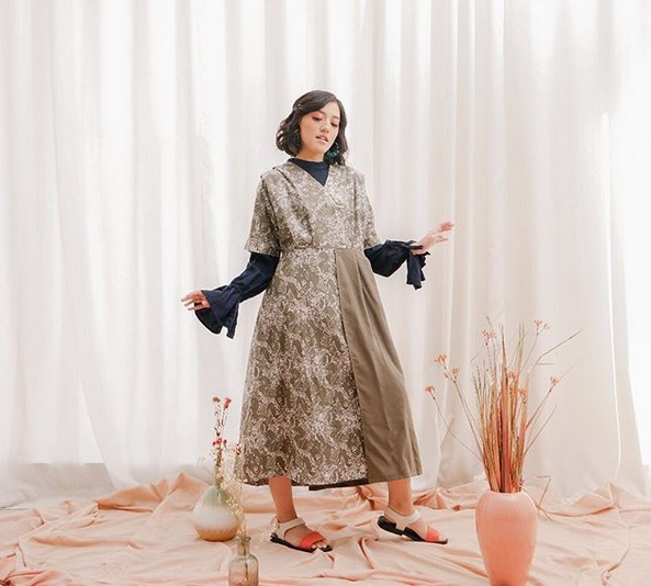 https: img.okezone.com content 2019 05 18 194 2057444 kombinasi-batik-modern-inspirasi-baju-lebaran-ala-ify-alyssa-czFfAielfW.jpg