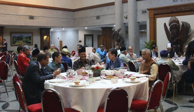 https: img.okezone.com content 2019 05 18 337 2057431 dubes-ngurah-swajaya-bukber-dengan-pejabat-singapura-tokoh-agama-s6vIuvJIY8.jpg
