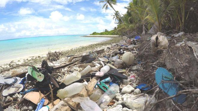https: img.okezone.com content 2019 05 19 18 2057559 peneliti-temukan-tumpukan-sampah-sandal-bekas-di-sebuah-pulau-selatan-jawa-P5ib4m5nA3.jpg