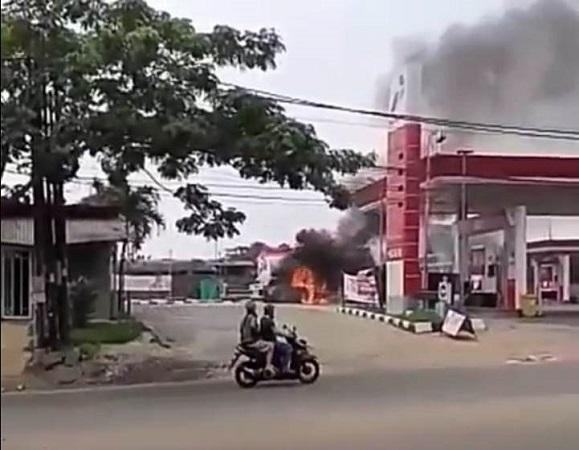 https: img.okezone.com content 2019 05 19 338 2057589 truk-tangki-terbakar-asap-membubung-di-spbu-ciater-tangsel-Ar7e4U3QHS.jpg