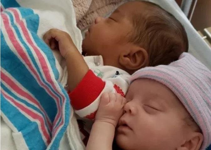 https: img.okezone.com content 2019 05 20 481 2057761 curhatan-ibu-yang-punya-anak-kembar-beda-warna-kulit-BHtH06tAB9.jpg