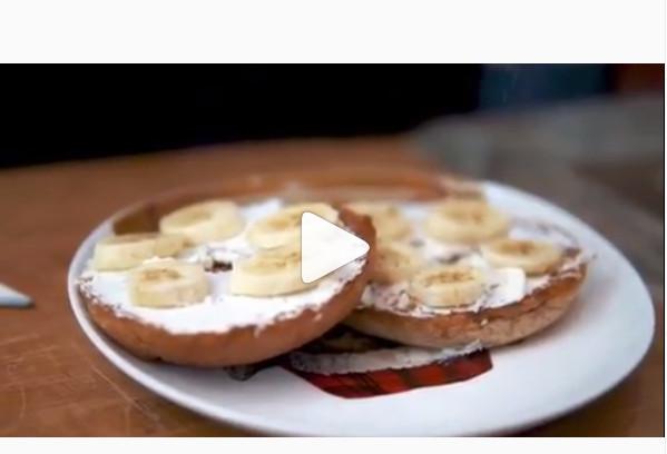 https: img.okezone.com content 2019 05 20 616 2057918 menu-sehat-buka-puasa-ala-desainer-jenahara-bagel-with-banana-cream-cheese-FEKEv6fUwO.jpg