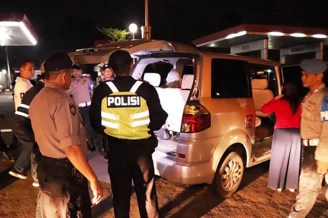 https: img.okezone.com content 2019 05 21 525 2058542 antisipasi-aksi-22-mei-polisi-gencar-razia-kendaraan-arah-jakarta-5WEqeX3PFR.JPG