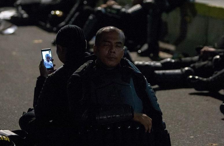 https: img.okezone.com content 2019 05 22 196 2058855 viral-foto-polisi-video-call-anak-saat-menjaga-aksi-netizen-sedih-aku-93Q4NawgsI.jpg