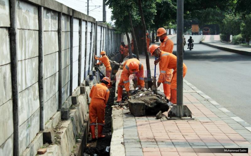 https: img.okezone.com content 2019 05 22 337 2058896 puluhan-pasukan-oranye-mulai-bersihkan-sisa-aksi-di-kawasan-petamburan-ndkjQbL2q3.jpg