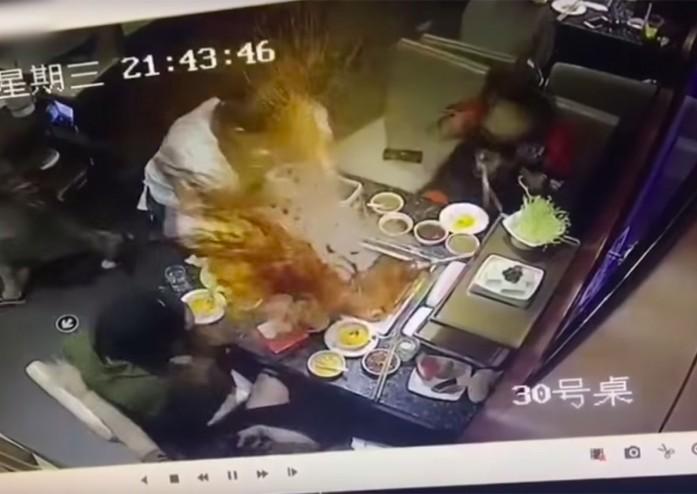 https: img.okezone.com content 2019 05 23 298 2059255 asik-diaduk-panci-sup-sebuah-restoran-mendadak-meledak-yUVlTCgLJe.jpg