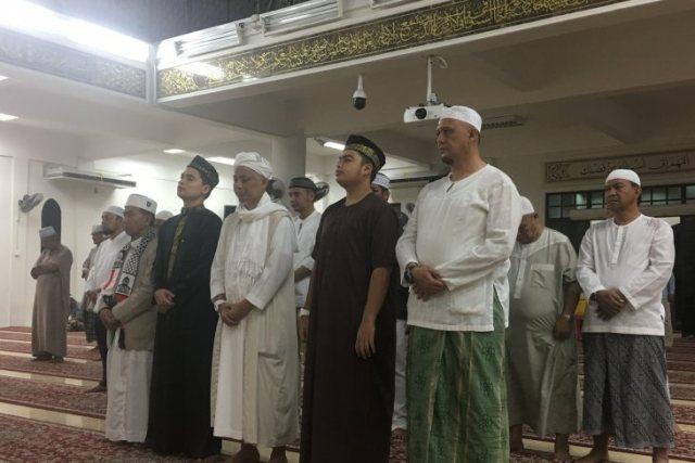 https: img.okezone.com content 2019 05 23 337 2059316 sebelum-dibawa-ke-indonesia-jenazah-ustadz-arifin-ilham-disalatkan-di-malaysia-OMlWUidIDA.jpeg