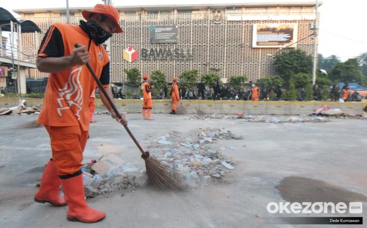 https: img.okezone.com content 2019 05 23 337 2059346 potret-pasukan-oranye-bersihkan-sampah-sisa-bentrok-di-depan-gedung-bawaslu-2I1Rgo2YX8.jpg