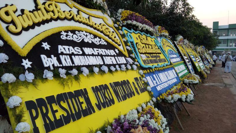 https: img.okezone.com content 2019 05 23 338 2059600 karangan-bunga-berjajar-di-pemakaman-ustadz-arifin-ilham-dari-jokowi-hingga-anies-baswedan-MH93FdiuwC.jpg