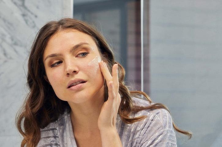 Bisa juga lidah buaya dan teh hijau untuk mengangkat sel kulit mati serta meminimalkan risiko iritasi.