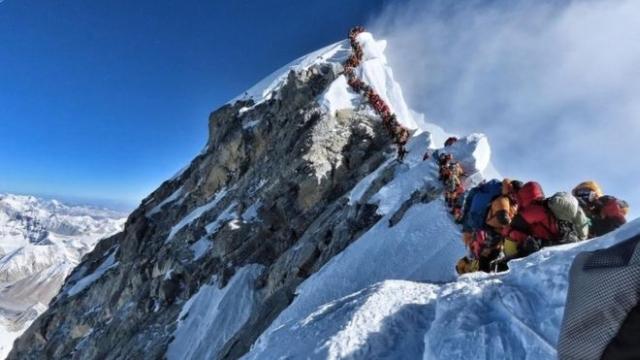 https: img.okezone.com content 2019 05 24 18 2060093 tiga-pendaki-tewas-akibat-kelelahan-saat-antre-menuju-puncak-gunung-everest-Whpt1d17xq.jpg