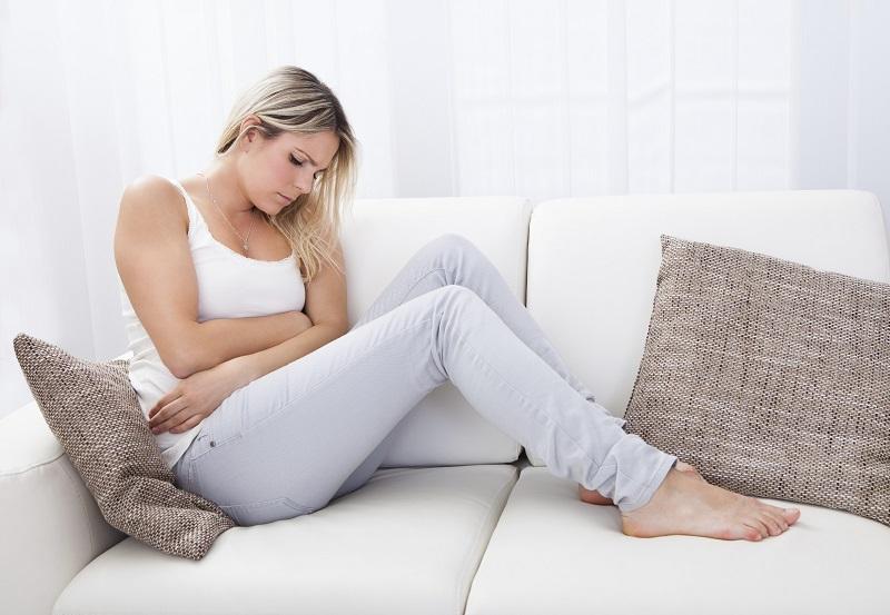 https: img.okezone.com content 2019 05 24 481 2059850 ingin-hilangkan-nyeri-wanita-ini-oleskan-darah-menstruasi-ke-wajah-6j05zlXG7e.jpg