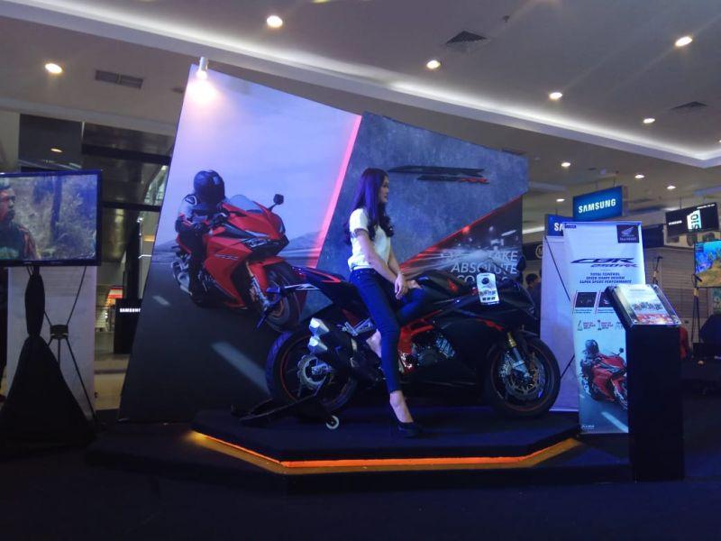 https: img.okezone.com content 2019 05 25 15 2060356 honda-sport-motor-show-gebrak-keramaian-supermall-karawaci-To3SXzLViZ.jpg