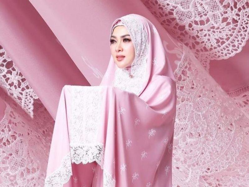 https: img.okezone.com content 2019 05 25 194 2060301 seperti-bidadari-syahrini-tampil-cantik-berbalut-mukena-merah-muda-qnDFZHPGNK.jpg