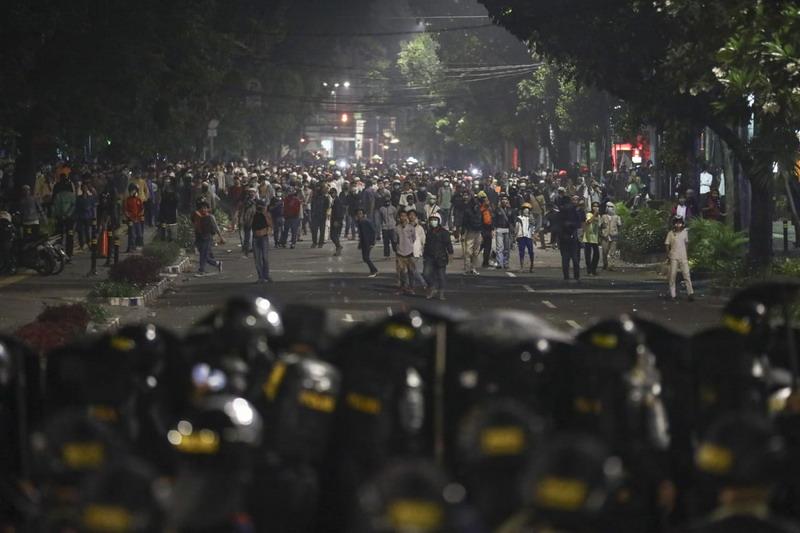 https: img.okezone.com content 2019 05 26 337 2060446 komplnas-minta-polisi-selidiki-kekerasan-terhadap-jurnalis-saat-aksi-22-mei-75DLOvTJNN.jpg