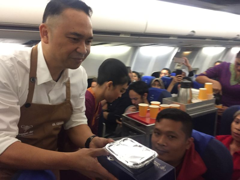 https: img.okezone.com content 2019 05 26 406 2060477 mengejutkan-petinggi-sriwijaya-air-sajikan-dan-bersihkan-sisa-makanan-di-pesawat-bali-jakarta-PjgCNvRFHm.jpg