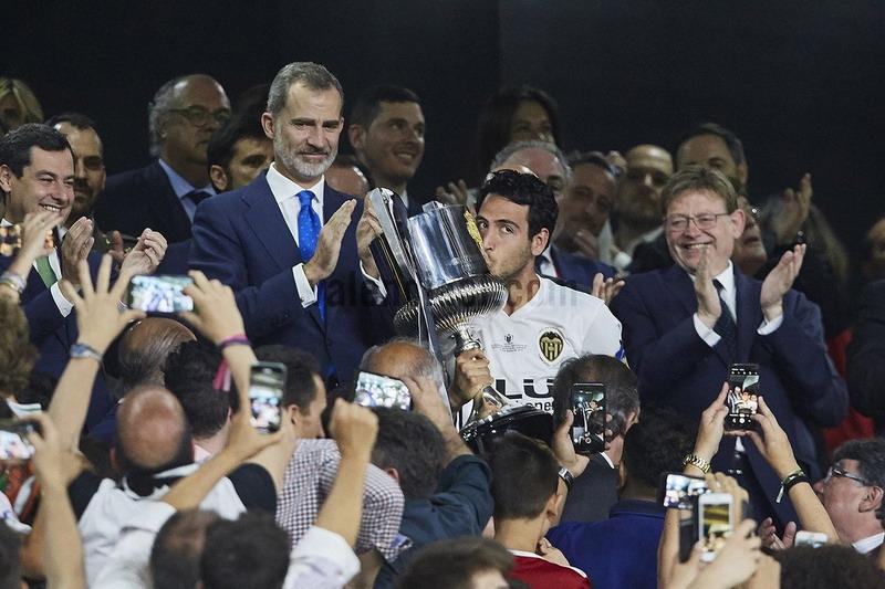 https: img.okezone.com content 2019 05 26 46 2060570 tekuk-barcelona-di-final-copa-del-rey-pelatih-valencia-ini-prestasi-luar-biasa-5YBuyr2PJq.jpg