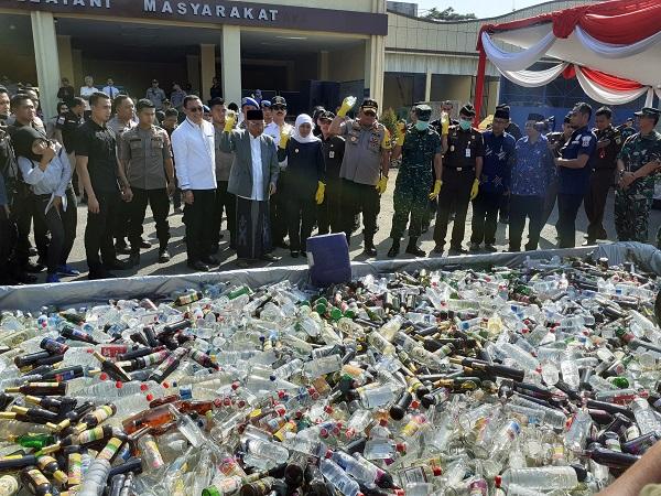 https: img.okezone.com content 2019 05 28 519 2061256 70-ribu-botol-miras-ilegal-dan-5-5-kg-sabu-dimusnahkan-polda-jatim-hXnx86kqdR.jpg