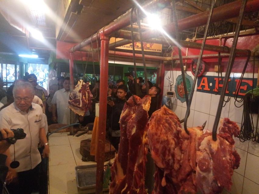https: img.okezone.com content 2019 05 30 320 2062087 sidak-pasar-di-kota-bandung-mendag-harga-daging-rp115-000-per-kilogram-fgG71eoBCE.jpg