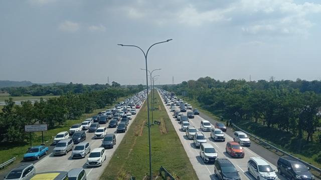 https: img.okezone.com content 2019 05 30 525 2062173 antrean-kendaraan-mengular-di-gerbang-tol-palimanan-CZUzsoOtm8.jpg
