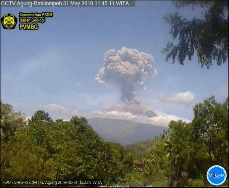 https: img.okezone.com content 2019 05 31 244 2062460 gunung-agung-kembali-erupsi-semburkan-kolom-abu-2-000-meter-botQGwhFtM.jpg