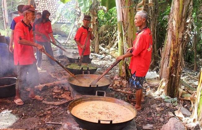 https: img.okezone.com content 2019 05 31 298 2062533 tradisi-masak-kolak-ayam-di-malam-ke-23-ramadan-oleh-masyarakat-gresik-pyu0w3Ye1z.jpg