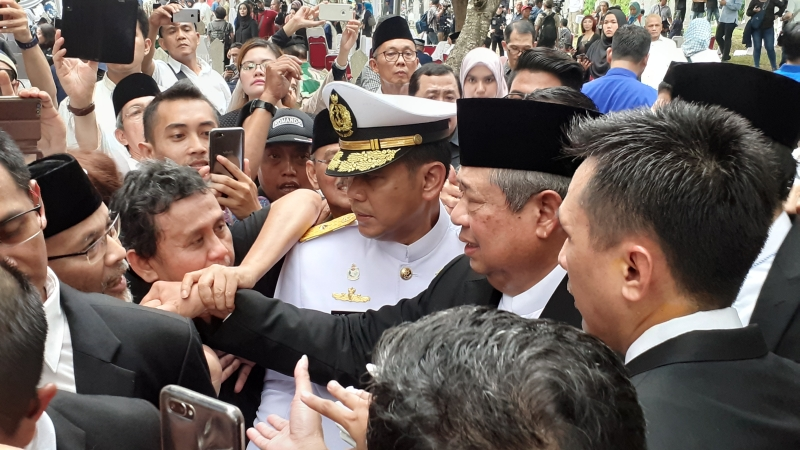 https: img.okezone.com content 2019 06 02 337 2063183 usai-pemakaman-ani-yudhoyono-sby-ahy-disalami-dan-dipeluk-warga-z07LDau9rR.jpg