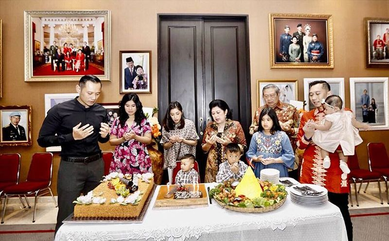 https: img.okezone.com content 2019 06 03 196 2063419 kisah-mengharukan-ani-yudhoyono-saat-siapkan-kain-lebaran-lhn9Y5y5MZ.jpg