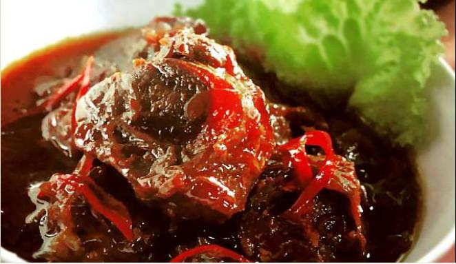 https: img.okezone.com content 2019 06 03 298 2063471 sajian-semur-daging-khas-betawi-dan-jepara-yang-buat-lebaran-makin-nikmat-lGQdM2T2YK.jpg
