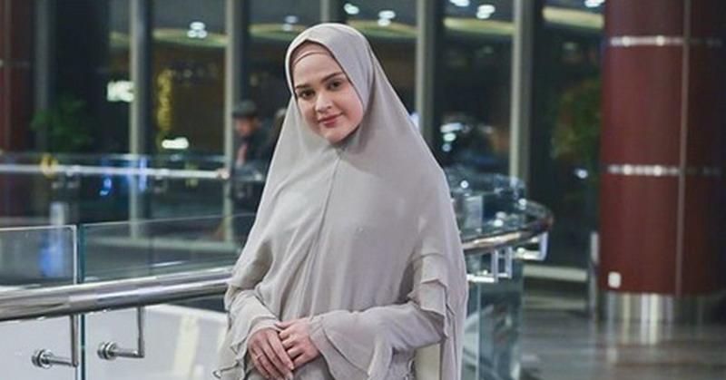 https: img.okezone.com content 2019 06 03 33 2063517 buka-bisnis-baju-muslim-cut-meyriska-ingin-fokus-hijrah-3KtGnxvjLv.jpg