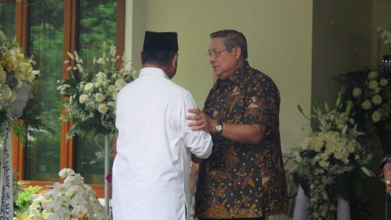 https: img.okezone.com content 2019 06 03 337 2063416 takziah-ani-yudhoyono-prabowo-disambut-sby-di-cikeas-dRVoQ2SWPK.jpg