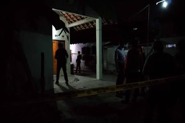 https: img.okezone.com content 2019 06 04 512 2063576 polisi-temukan-ini-di-rumah-pelaku-peledakan-bom-di-pospam-kartosuro-ULpnmm1mlm.jpg