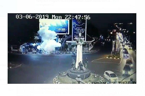 https: img.okezone.com content 2019 06 04 512 2063689 rekaman-cctv-detik-detik-ledakan-bom-di-pospam-tugu-kartosuro-WSikYVTUQ4.jpg