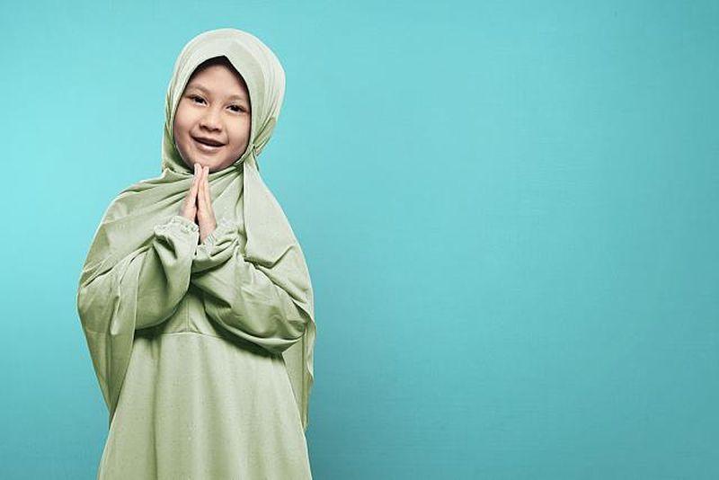 https: img.okezone.com content 2019 06 05 196 2063962 pakai-outfit-kembaran-ini-gaya-para-keluarga-selebriti-rayakan-lebaran-VlEC9SkCta.jpg