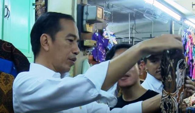 https: img.okezone.com content 2019 06 08 337 2064536 presiden-jokowi-ajak-keluarga-belanja-batik-di-pasar-beringharjo-dLqUMzaXKA.JPG
