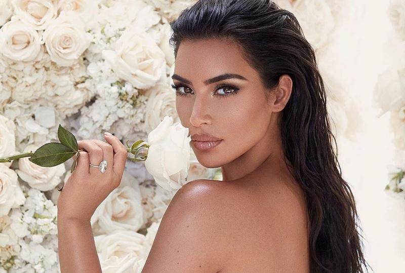 https: img.okezone.com content 2019 06 09 33 2064674 puting-kim-kardashian-menyembul-karena-tak-pakai-bra-netizen-ada-tombolnya-8KpwOKLGf1.jpg