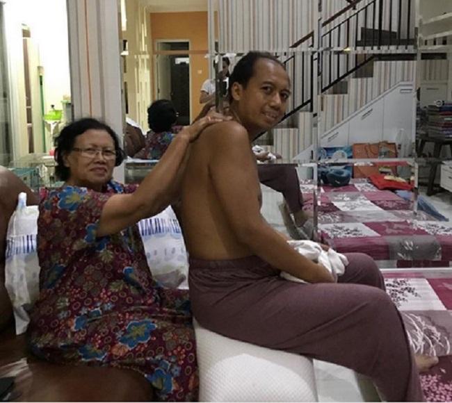 https: img.okezone.com content 2019 06 10 196 2064846 kanker-paru-paru-sutopo-terus-gerogoti-tubuh-sang-ibu-tak-kenal-lelah-merawat-MLpQgTAt5l.jpg