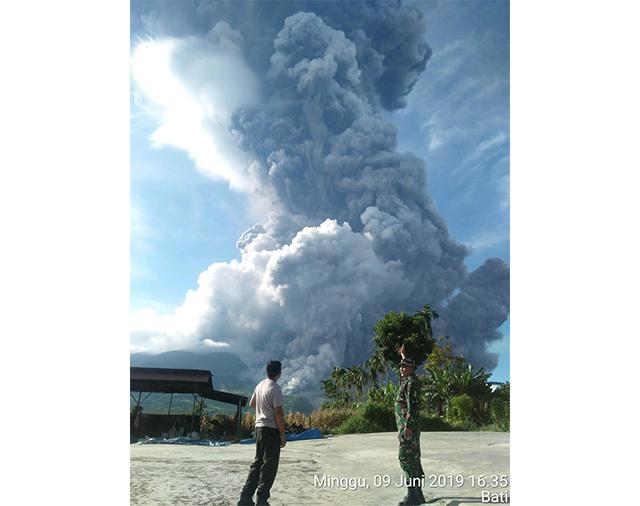 https: img.okezone.com content 2019 06 10 340 2064888 3-kecamatan-di-karo-terdampak-abu-vulkanik-gunung-sinabung-T6glZ5iUpQ.jpg