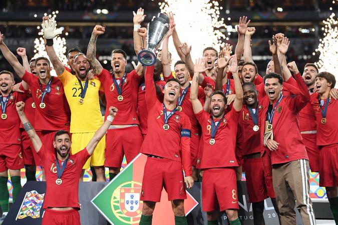https: img.okezone.com content 2019 06 10 51 2064849 bahagianya-cristiano-ronaldo-sabet-trofi-uefa-nations-league-a-NcYU7DK9GW.jpg