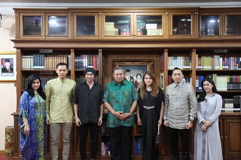 https: img.okezone.com content 2019 06 11 205 2065182 sby-minta-anji-buatkan-lagu-tentang-ani-yudhoyono-WahiTGUQeb.jpg