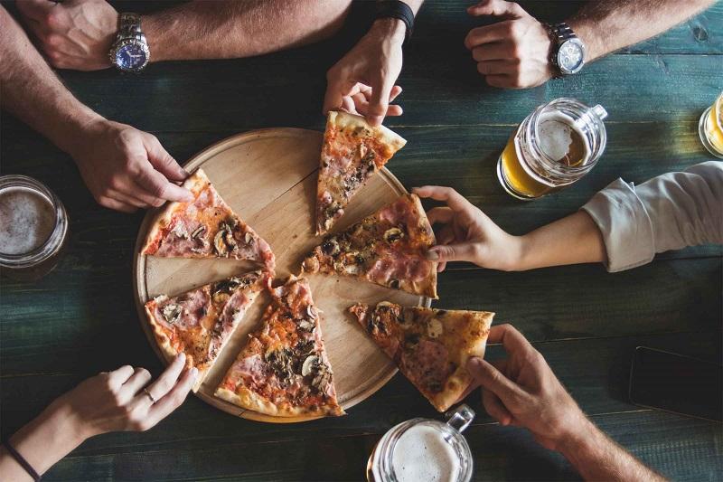 https: img.okezone.com content 2019 06 11 298 2065421 matikan-smartphone-di-restoran-ini-bisa-dapat-pizza-jumbo-gratis-YQfXmnICeg.jpg