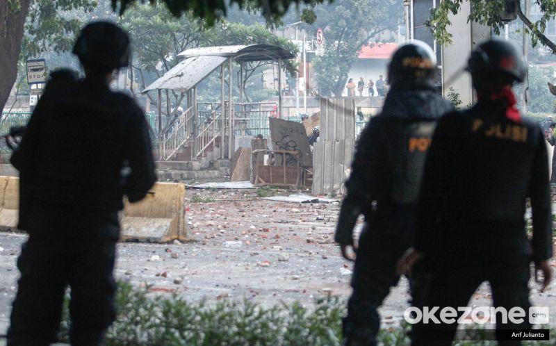 https: img.okezone.com content 2019 06 11 337 2065442 aksi-21-22-mei-perusuh-serang-polisi-pakai-benda-benda-mematikan-pbZqQvm3at.JPG
