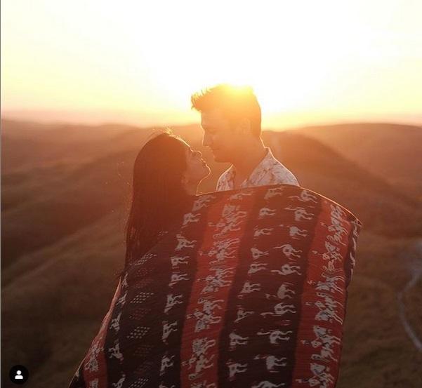 https: img.okezone.com content 2019 06 12 406 2065710 momen-romantis-titi-kamal-dan-christian-sugiono-liburan-di-sumba-F5qjXkHPtj.jpg