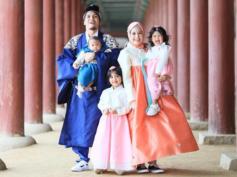 https: img.okezone.com content 2019 06 12 406 2065805 potret-keseruan-natasha-rizki-dan-desta-boyong-anak-liburan-ke-korea-FHseTVuNaW.jpg