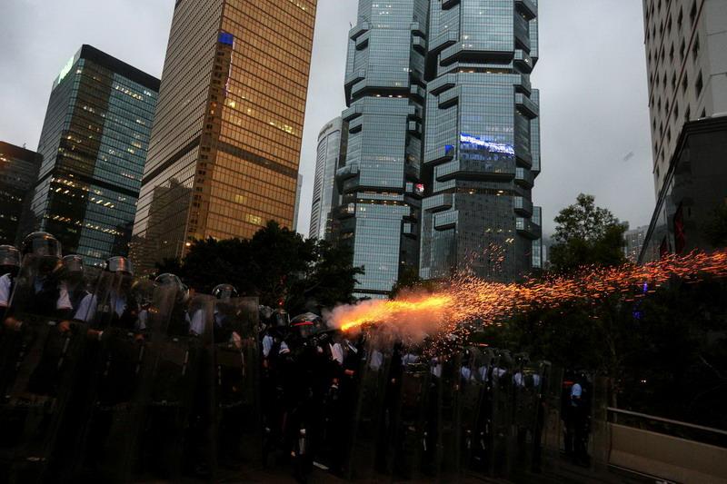 https: img.okezone.com content 2019 06 13 18 2065968 gedung-gedung-pemerintah-hong-kong-ditutup-sehari-setelah-demonstrasi-yang-rusuh-ZSS3z23MvM.jpg