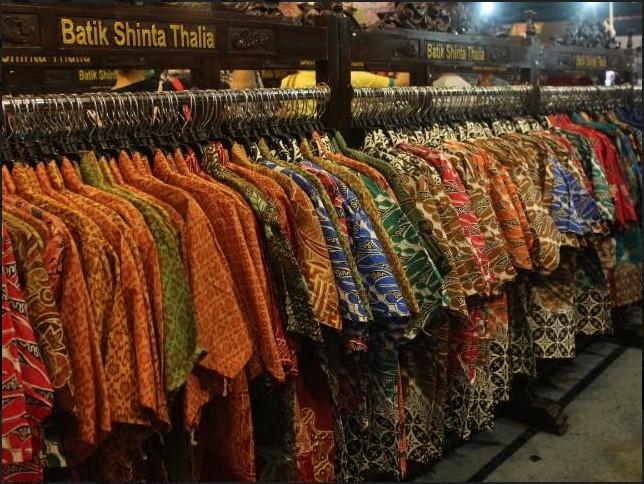 https: img.okezone.com content 2019 06 13 194 2066034 ragam-jenis-dan-motif-batik-daerah-tersedia-di-jakarta-fair-sbukXWrdKM.jpg
