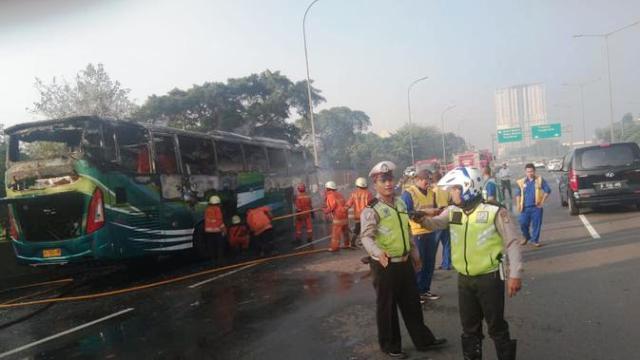 https: img.okezone.com content 2019 06 13 338 2066023 bus-terbakar-di-tol-arah-cengkareng-setelah-mengalami-pecah-ban-snAgRFqXwh.jpg