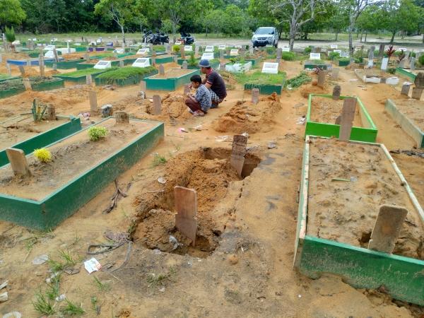 https: img.okezone.com content 2019 06 13 340 2066248 belasan-kuburan-di-tpu-di-pekanbaru-amblas-ini-penyebabnya-DBoyO719SQ.jpg