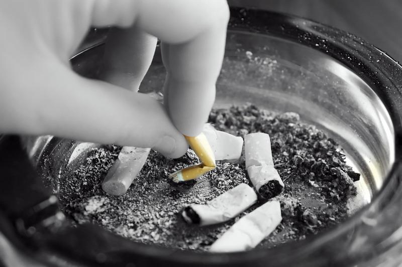 https: img.okezone.com content 2019 06 13 481 2065942 nasib-perokok-pasif-bisa-kena-kanker-paru-dan-juga-usus-besar-SrgCbGOJ88.jpg