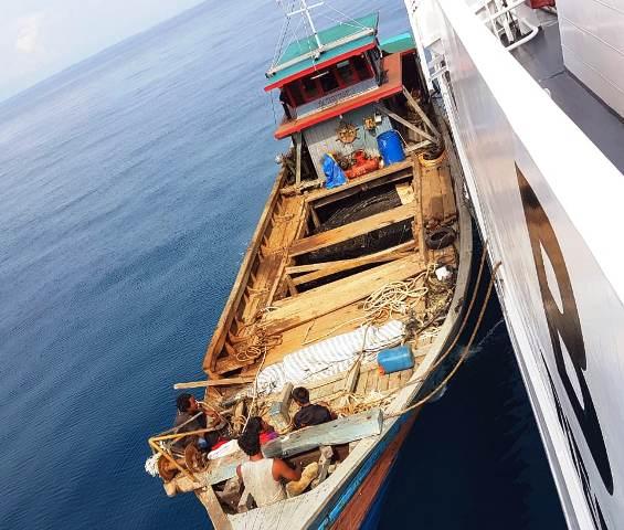 https: img.okezone.com content 2019 06 16 340 2067088 illegal-fishing-kapal-ikan-berbendera-malaysia-disita-di-banda-aceh-lzLZBs7LMp.jpg